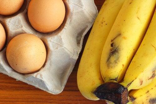 Banana e ovo para fazer o pão de banana fitness