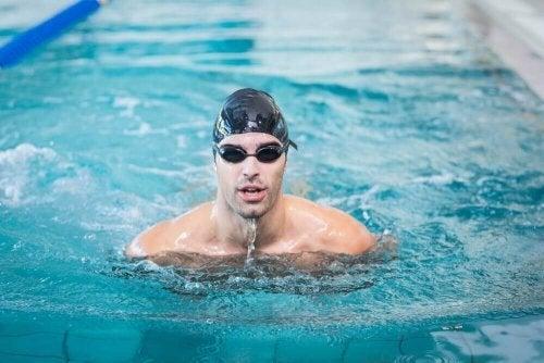 Como aprender a nadar na piscina
