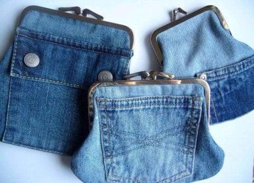 Ao reciclar calças jeans, pode fazer carteiras