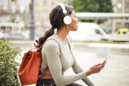 Problemas causados pelo uso indevido de fones de ouvido e como seria o seu uso adequado