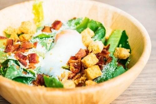Comer só salada é um dos erros que fazem engordar em uma dieta