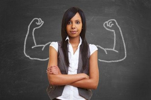 Mulher se mantendo forte em seu trabalho