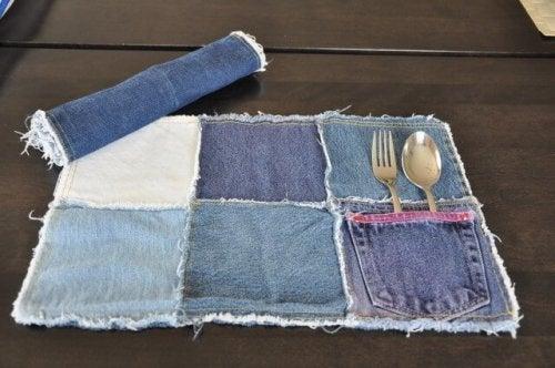 Ao reciclar calças jeans, pode fazer manteis