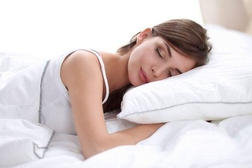 É bom lavar e desinfetar travesseiros para descansar adequadamente