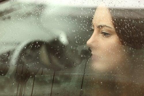 Mulher tentando superar a dor sozinha