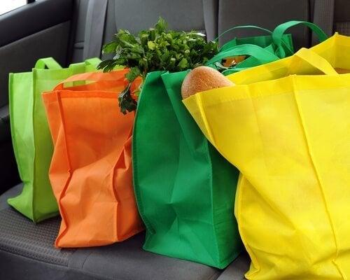 Para reduzir o uso de plástico, use bolsas de supermercado