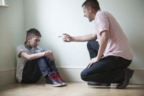Pai castigando seus filhos