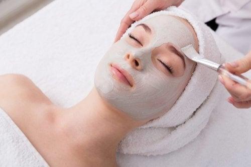 Remédio com argila verde para a acne e pele oleosa