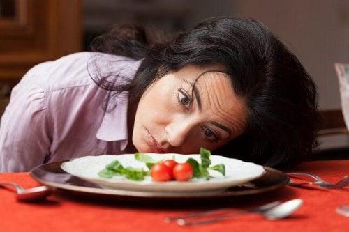Mulher com fome e pouca comida