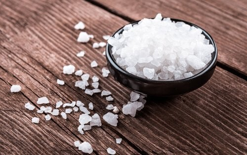 Edema: dicas para combatê-lo com a dieta: Limitar o consumo de sal