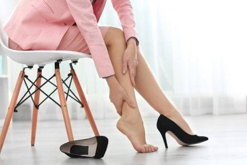 Pernas inchadas: 8 dicas para tratá-las