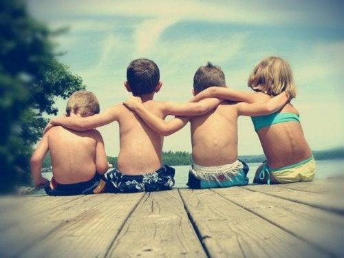 Crianças juntas aplicando o valor da amizade