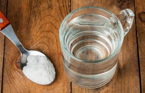 Água com sal para evitar a cárie