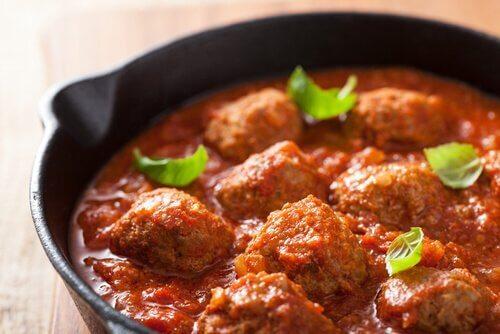 Almôndegas ao molho de carne e tomate