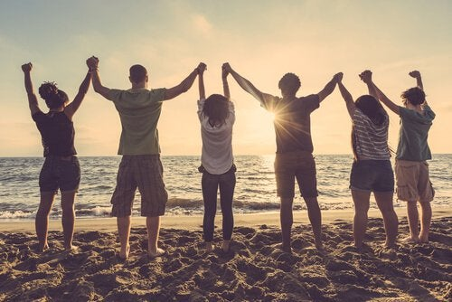Amigos de mãos dadas na praia
