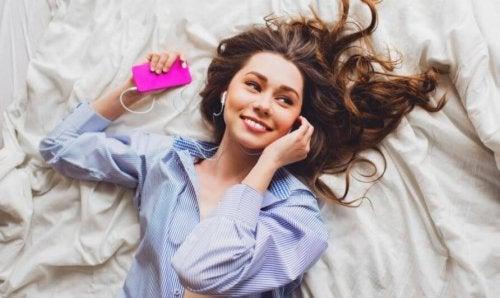 Ouvir música alegre ajuda a superar um término