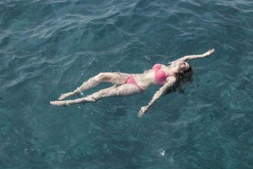 Aprenda a nadar no mar com estas dicas
