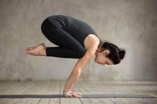 Quais são as posições de ioga mais difíceis: Bakasana