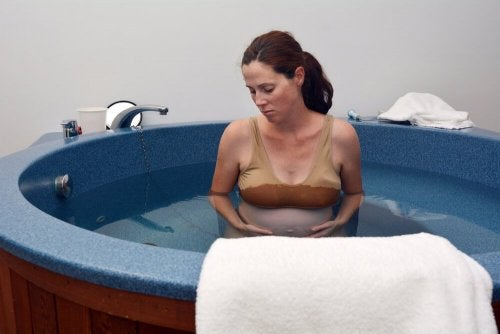 Ter o bebê em uma banheira ajuda a aliviar a dor do parto