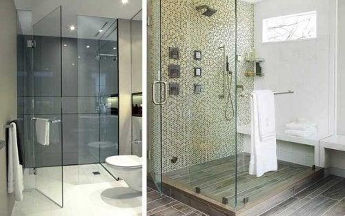Chuveiro em banheiro grande
