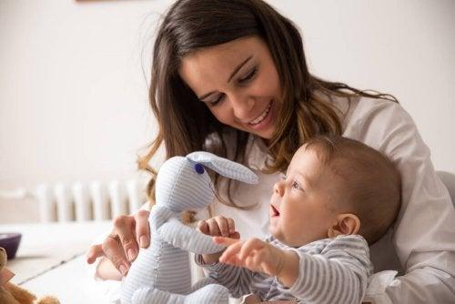 Como escolher brinquedos de acordo com a idade: boneco de pelúcia para bebês