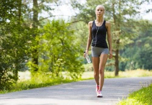 Andar é uma das atividades diárias que você pode fazer