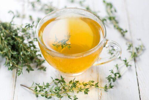 O chá de tomilho ajuda a tratar a fibromialgia