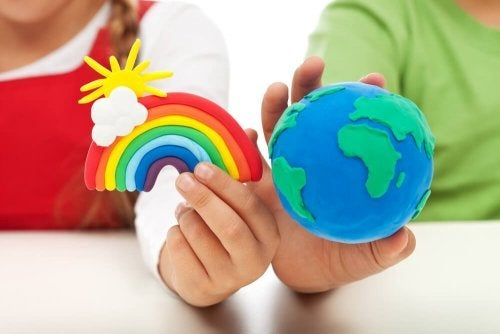 Brincar com massa de modelar para as crianças: Desenvolve os sentidos