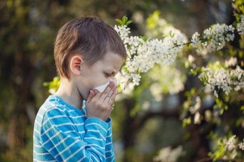Criança eliminando o muco