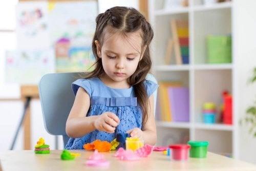Brincar com massa de modelar: benefícios para as crianças