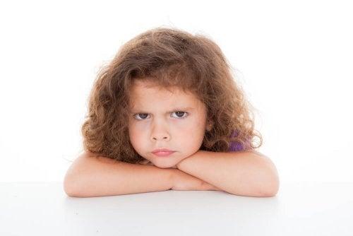 Como punir as crianças: evite caras feias