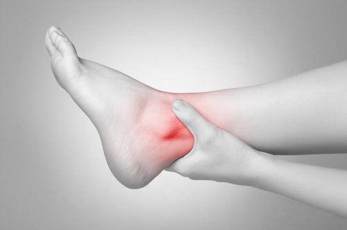 Dor e inchaço no tornozelo torcido