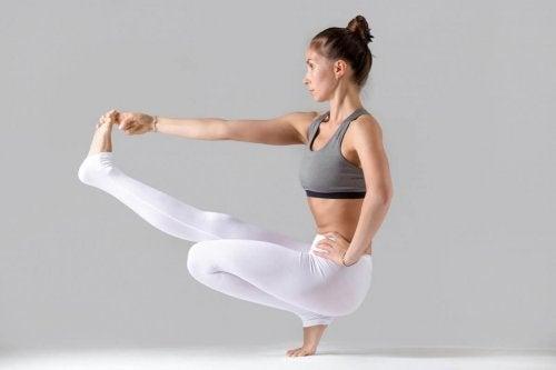 Quais são as posições de ioga mais difíceis: equilíbrio sentada