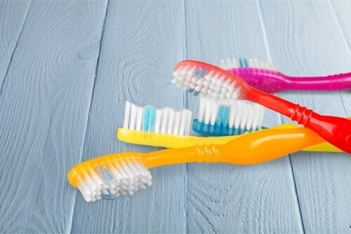 Utensílios de limpeza para lugares difíceis: escova de dentes