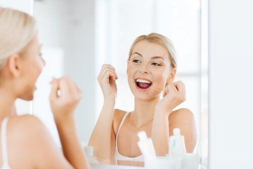 Use fio dental para cuidar dos dentes
