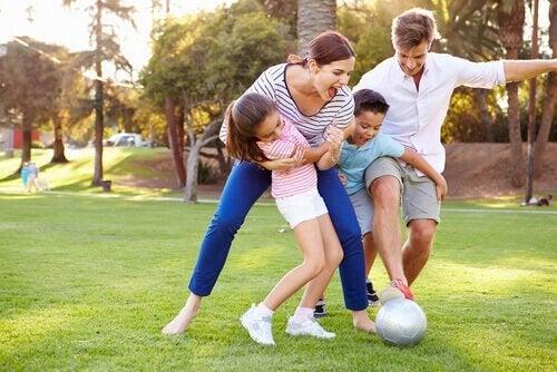 É importante as brincadeiras em família para ensinar uma criança a perder