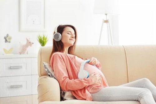 Mãe colocando música para fazer o bebê rir