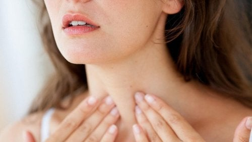 Mulher detecando hipotireoidismo através da tireoide
