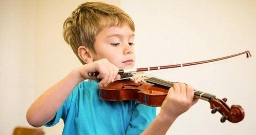 Criança tocando um instrumento musical