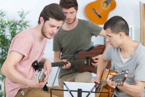 Jovens tocando violão