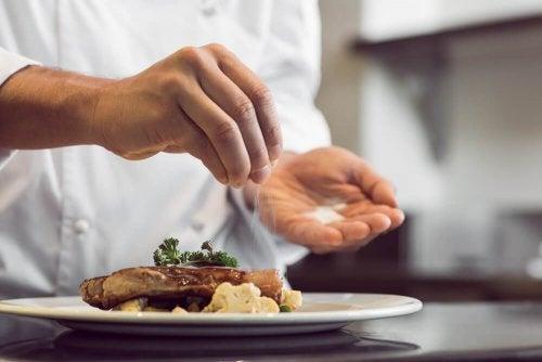 Dieta para aliviar a enxaqueca não inclui sal