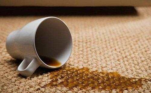 O óleo essencial de limão serve para limpar tapetes