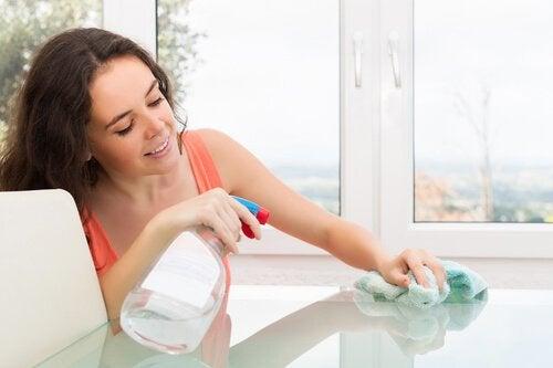 8 conselhos para limpar uma mesa de vidro