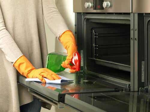 Faça um limpador de forno com produtos naturais
