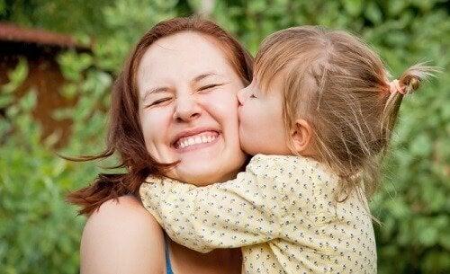 Mãe feliz com sua filha