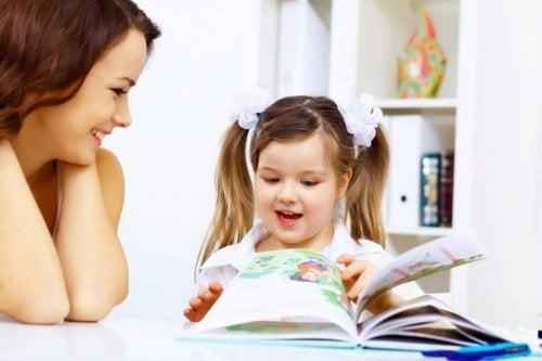 Mãe e filha no canto de leitura