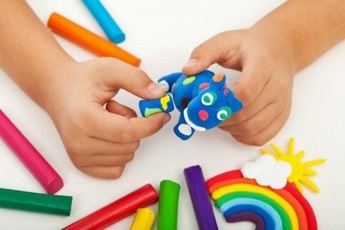 Brincar com massa de modelar para as crianças: aumenta a capacidade de concentração
