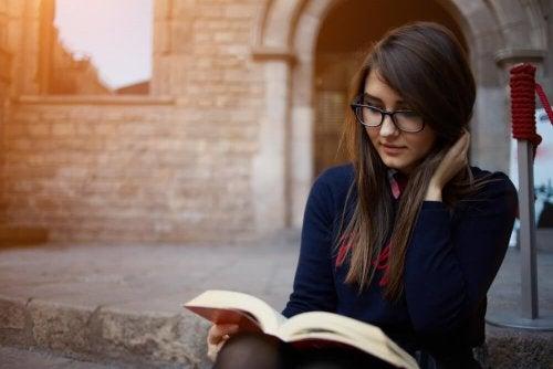 Moça usufruindo dos benefícios da leitura