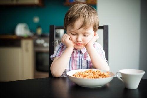 Criança que não gosta de comer macarrão