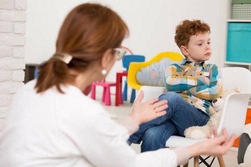Criança com déficit de atenção escutando à mãe